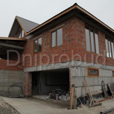 Одноповерховий будинок з цокольним поверхом