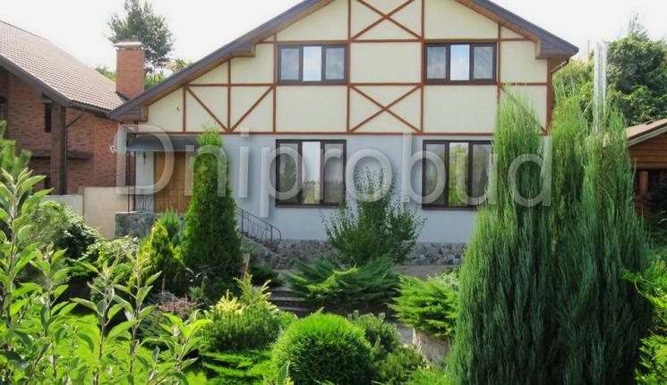 Класичний будинок на березі р. Дніпро