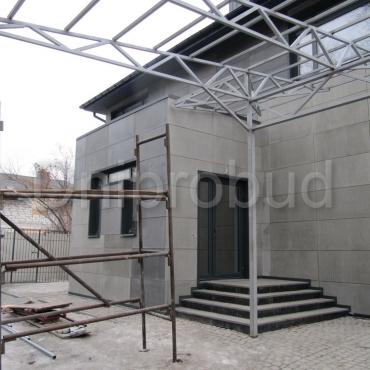 Двоповерховий будинок з сучасною обробкою