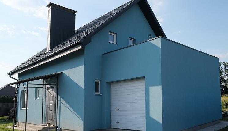 Невеликий будинок мансардного типу з гаражем на одну машину