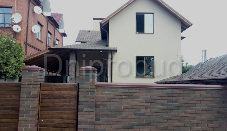 Класичний двоповерховий будинок