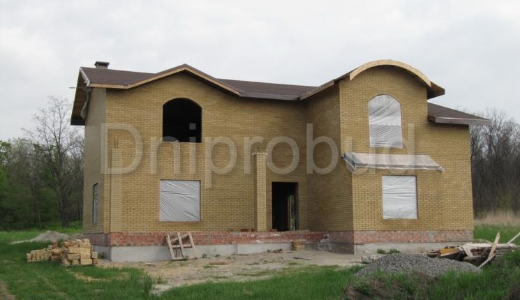 2-х поверховий будинок з напівкруглою покрівлею
